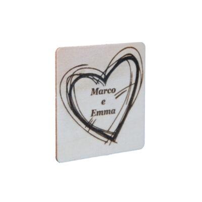 Quadrato di legno con cuore inciso a laser